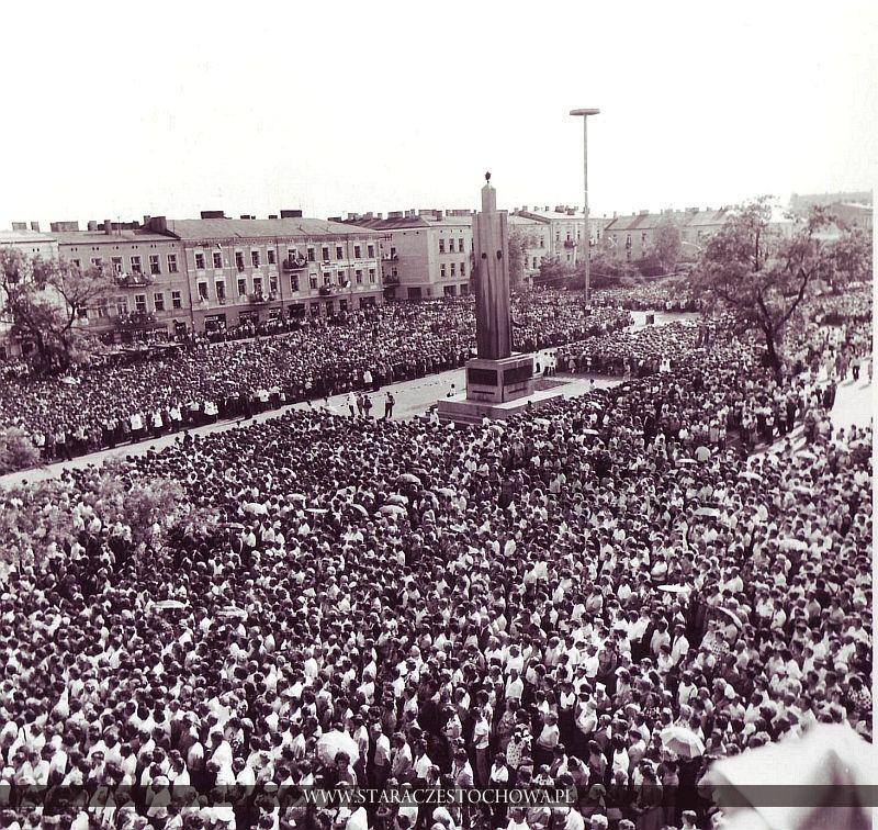 Ojciec Święty Jan Paweł II w Częstochowie, przed koœciołem œw. Zygmunta