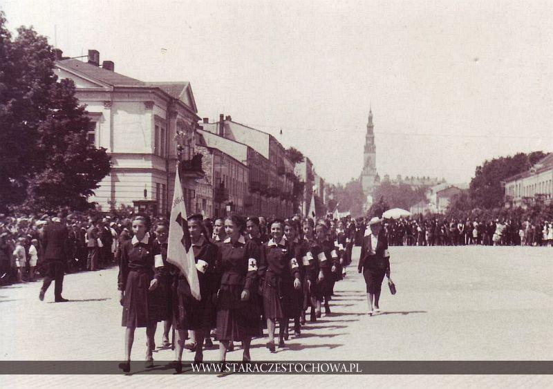 Parada drużyn PCK i OPL na Placu Biegańskiego w Częstochowie