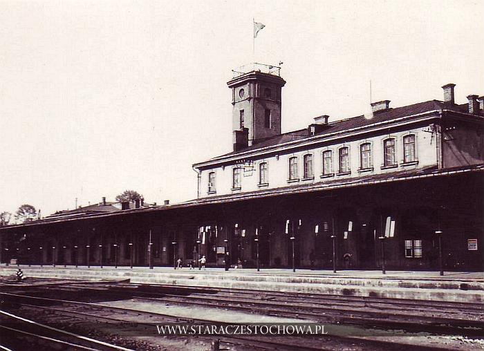 Dworzec kolejowy w Częstochowie na starej fotografii