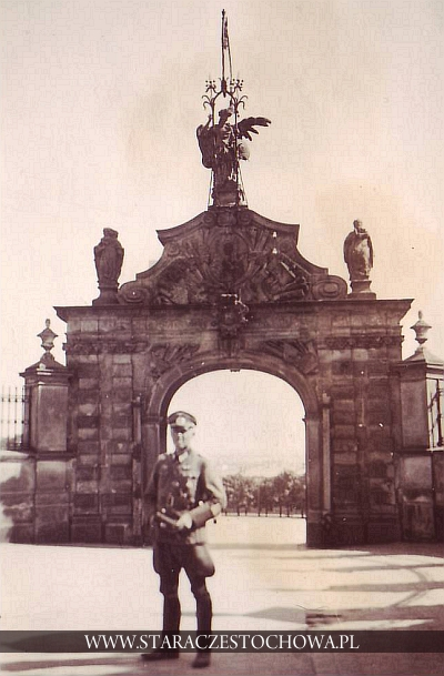 Nazista przed bramą Lubomirskich na Jasnej Górze