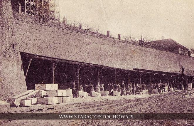 Ciosy kamienia szydłowieckiego do budowy części murowanej wieży
