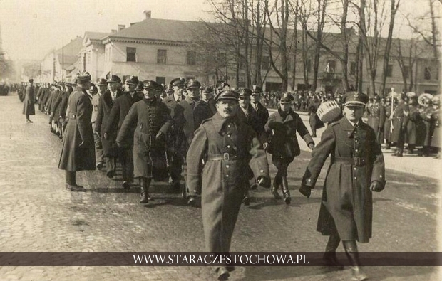 Defilada na Placu Biegańskiego w Częstochowie