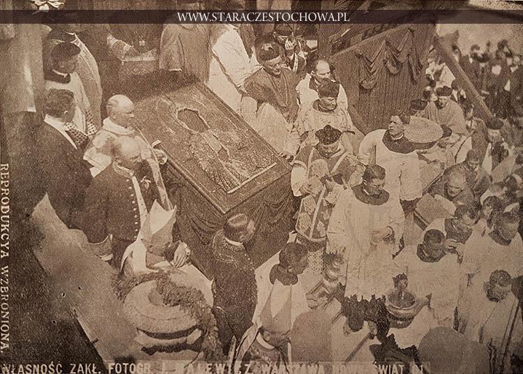 Widok cudownego obrazu na moment przed dokonaniem koronacyi z roku 1910-go